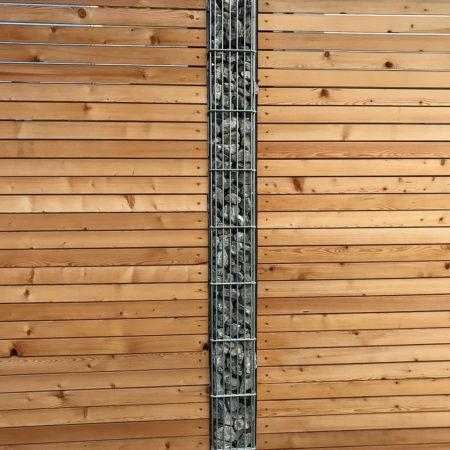 Gabionensäule mit Holz